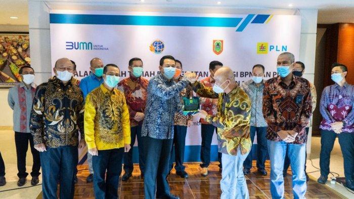 sertifikat diserahkan secara simbolis oleh Kepala Kantor Wilayah BPN r Kalimantan Selatan, Alen Saputra kepada General Manager PLN UIP Kalbagteng, Hariyadi Krismiyanto.