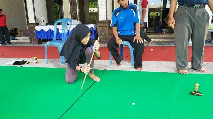 Serunya Lomba Permainan Tradisional Balogo di Banjarmasin, Pemain Balogo Putri Tampil Antusias