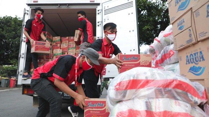 Penyerahan bantuan untuk korban bencana oleh jajaran pimpinan SiCepat Ekspres