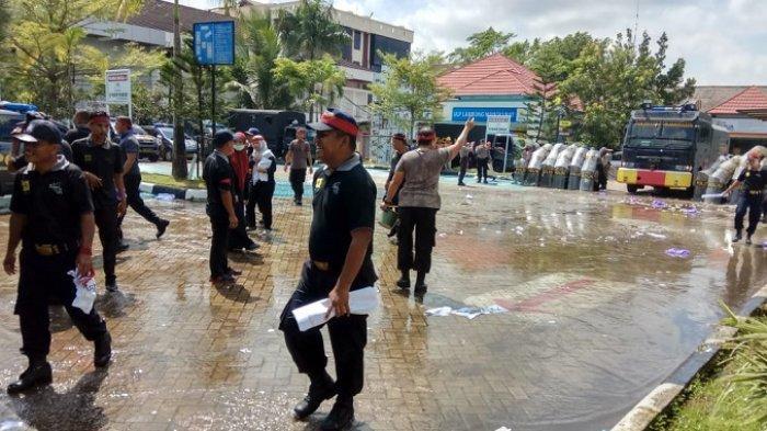 Pendemo di Kantor PT PLN Area Banjarmasin Dilumpuhkan dengan Gas Air Mata