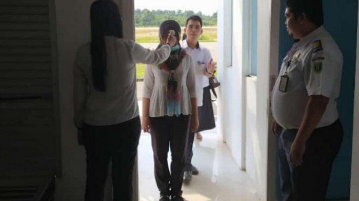 Cegah Corona Masuk Tabalong, Penumpang di Bandara Warukin Diperiksa Gunakan Alat Detektor Tubuh