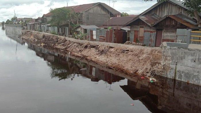 Anggota Komisi IV DPRD Kalteng Soroti Siring Pasar Kahayan Kota Palangkaraya yang Ambruk