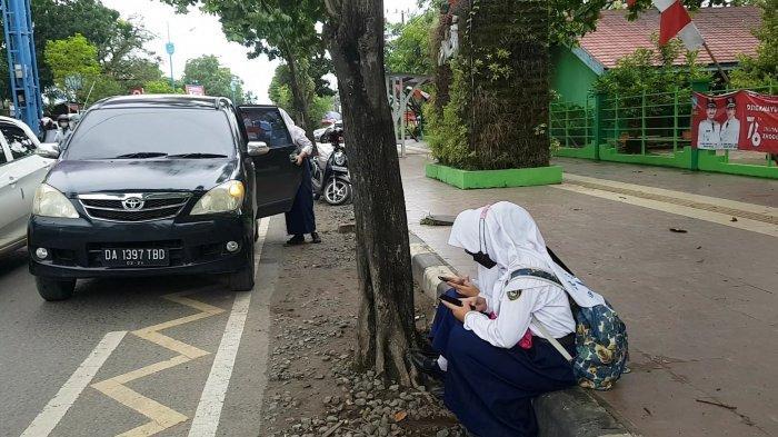 PTM di SMPN 1 Martapura, Siswa Duduk Tak Berjarak Tunggu Jemputan