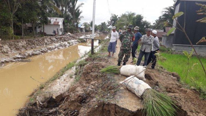 Pasca Banjir, Warga Tapin Gotong Royong Dibantu Aparat Buka Jalan Usaha untuk Pertanian