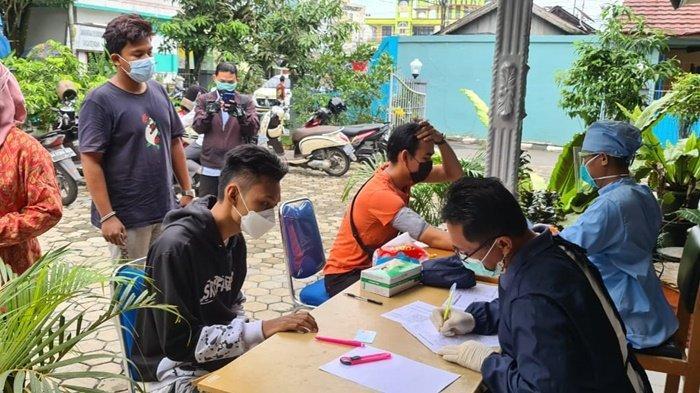 Skrining kesehatan sebelum menjalani vaksinasi di Balai Pengobatan Lanal Banjarmasin, Kalimantan Selatan, Kamis (22/7/2021).