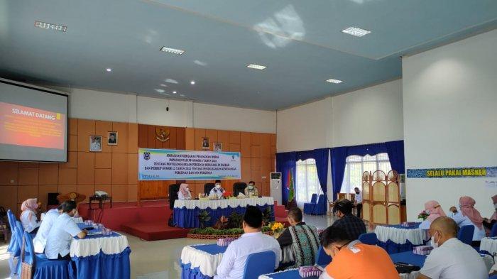 Pemerintah Kabupaten Hulu Sungai Selatan melalui Dinas Penanaman Modal dan Pelayanan Terpadu Satu Pintu (DPMPTSP) menyelenggarakan sosialisasi kebijakan penanaman modal di Aula Kecamatan Kandangan, Rabu (23/6/2021