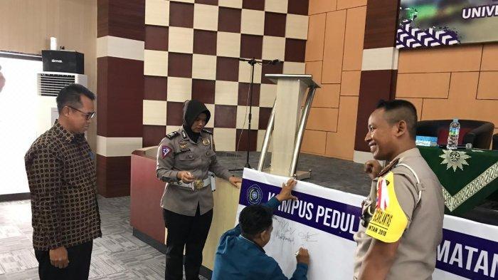 Mahasiwa Aktif Bertanya Diberi Hadiah Helm oleh Satlantas Polres Batola
