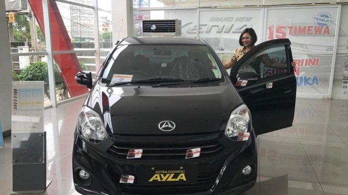 SPG Daihatsu perlihatkan unit New Ayla.