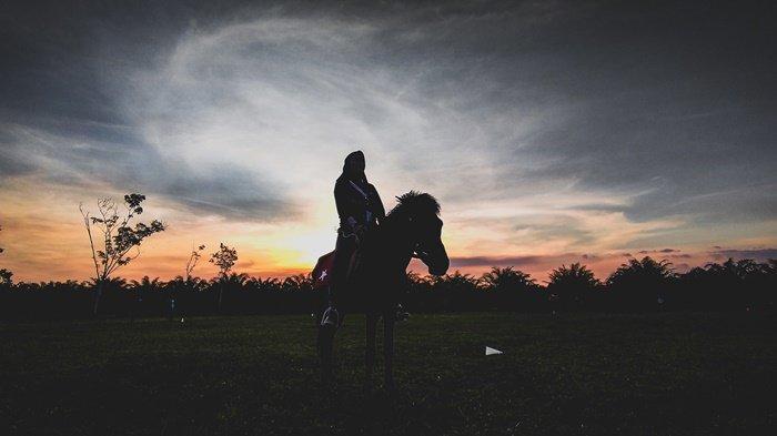 Wisata Kalsel, Nikmati Senja Sembari Naik Kuda Jabal Diamond Horse Riding Banjarbaru