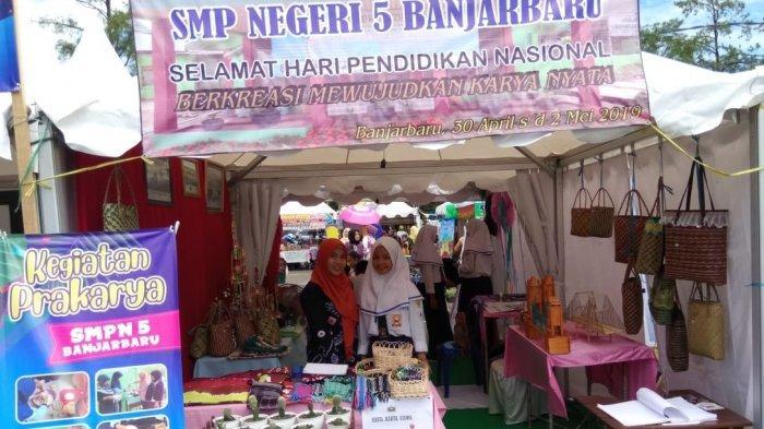Stand SMPN 5 Banjarbaru Pamerkan Hasil Karya Siswa dari Makanan hingga Tanaman Hias