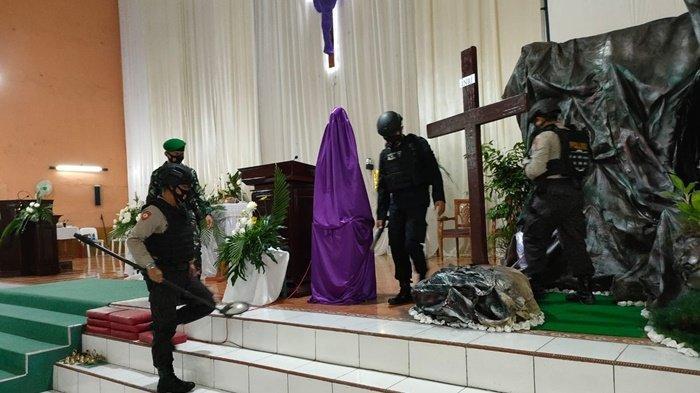 Sterilisasi gereja dilakukan petugas gabungan sebelum ibadah dimulai