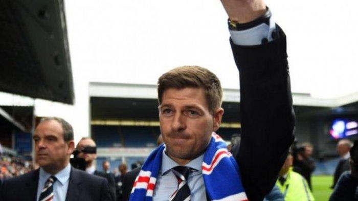 Steven Gerrard disambut ribuan suporter saat diperkenalkan sebagai pelatih Rangers FC di Stadion Ibrox, Glasgow, 4 Mei 2018.