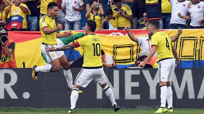 Striker Kolombia, Radamel Falcao (kiri), merayakan gol bersama rekan setimnya, James Rodriguez, dan Santiago Arias, seusai menjebol gawang Brasil dalam laga kualifikasi Piala Dunia 2018 di Barranquilla, Kolombia, pada 5 September 2017.