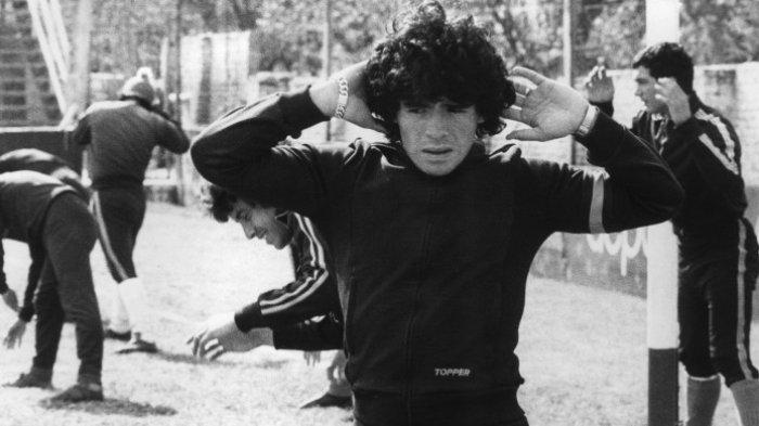 Striker timnas Argentina, Diego Maradona, melakukan pemanasan pada 12 September 1977 di kota Buneos Aires.
