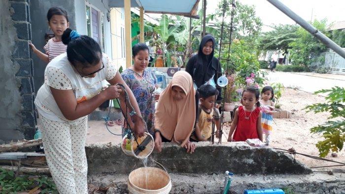 Air PDAM Macet, Warga Cahaya Pelangi Banjarbaru Menimba Air Sumur