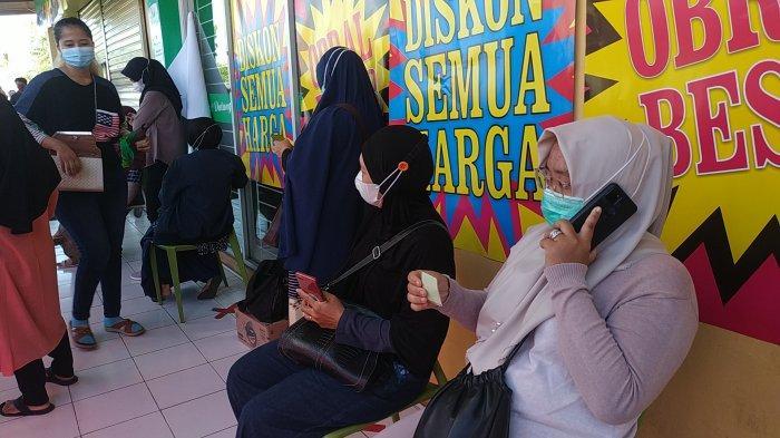 Suasana antrean pengunjung di Giant Ekspress Loktabat Banjarbaru, Selasa (1/6/2021) pagi
