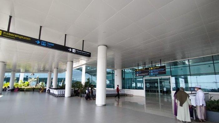Suasana Bandara Internasional Syamsudin Noor masih terlihat sepi menjelang diberlakukannya Larangan Mudik 6-17 Mei 2021 nanti
