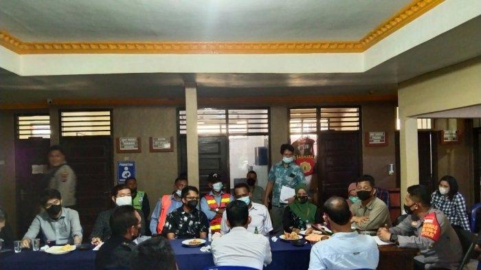 Penutupan Jalan Sawit, Polsek Tapin Selatan Lakukan Mediasi Antara Warga dan Pihak Perusahaan