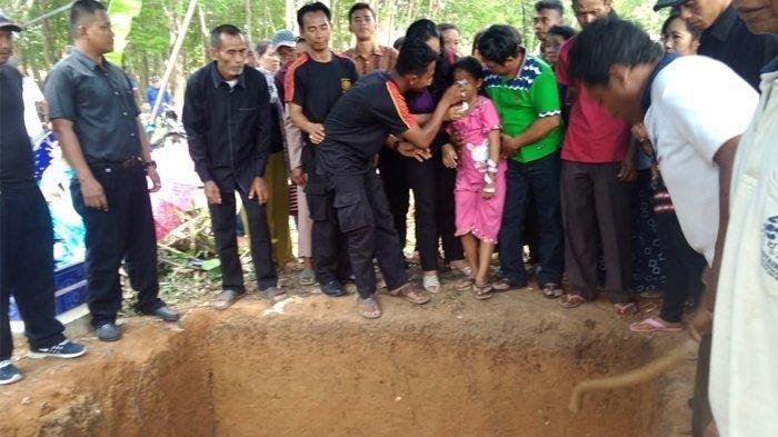Saksikan Ayah Ibunya Dimakamkan, 2 Bocah Selamat Mobil Terbakar di Tol Lampung Menangis