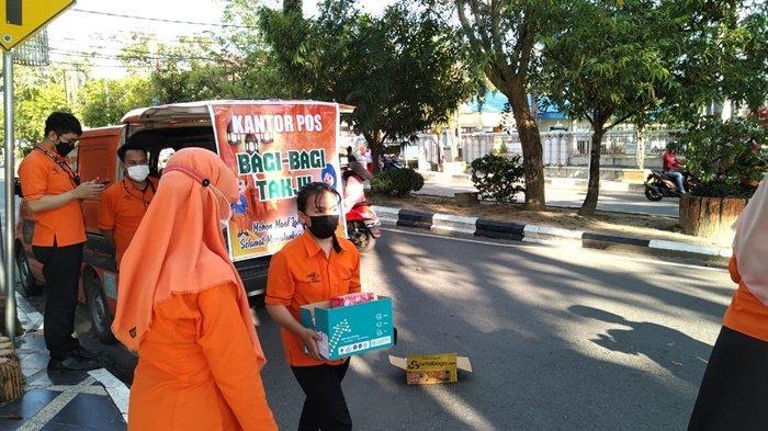 Suasana pembagian makanan pembuka puasa atau takjil kepada warga di Kota Amuntai, Kabupaten Hulu Sungai Utara (HSU), Kalimantan Selatan.