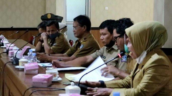 Suasana Rapat Dengar Pendapat (RDP) di kantor DPRD Kabupaten Bone, Sulawesi Selatan membahas kasus Hervina, guru honor yang dipecat melalui pesan singkat akibat postingan rincian gaji selama 4 bulan senilai Rp 700 ribu. Selasa, (16/2/2021).