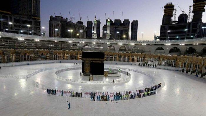 Suasana shalat tarawih yang digelar terbatas bagi petugas setempat di depan Kakbah, Masjidil Haram, Mekah, Arab Saudi, pada hari pertama bulan suci Ramadhan di tengah pandemi virus corona (Covid-19), Jumat (24/4/2020).