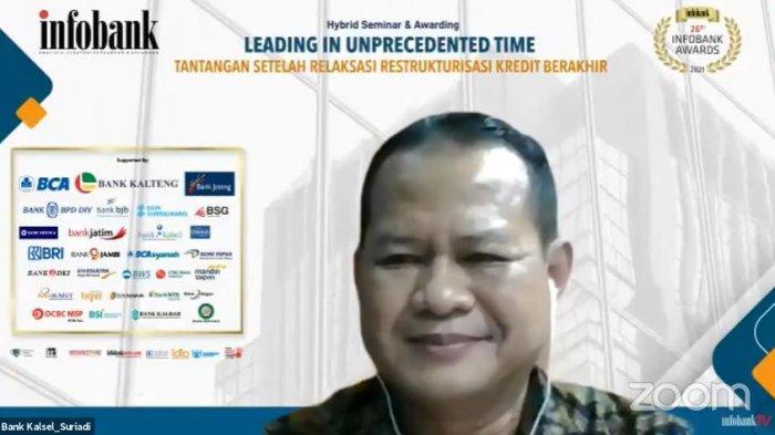 Suriadi, Kepala Divisi Corporate Secretary Bank Kalsel saat menerima penghargaan Infobank Awards 2021