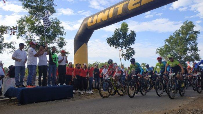 Gelar Event Balap Sepeda, Polres Tanahlaut Suguhkan Wisata Air Terjun Bajuin pada Peserta