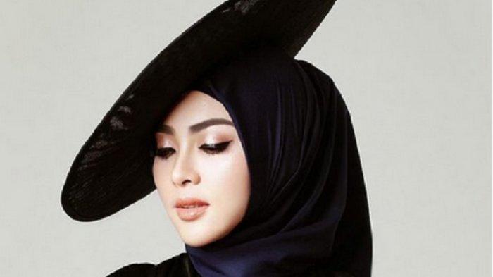 Ciput Ninja Syahrini Berlapis Emas Curi Perhatian, Istri Reino Barack Pamer Logo SYR 24 Karat