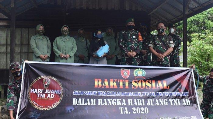 Berfoto bersama usai melaksanakan Bakti Sosial mengujungi rumah Warakawuri, Veteran dan Purnawirawan TNI/AD.