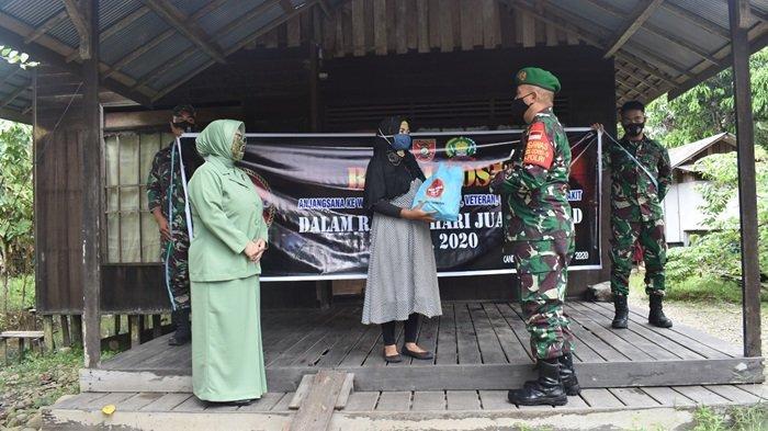 Dandim 1003 Kandangan bersama istri  menyerahkan bingkisan dan tali asih di rumah salah satu Warakawuri HSS, Rabu (16/12/2020)