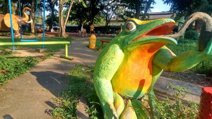Ornamen patung katak di Taman 10K Murung Pudak Kabupaten Tabalong