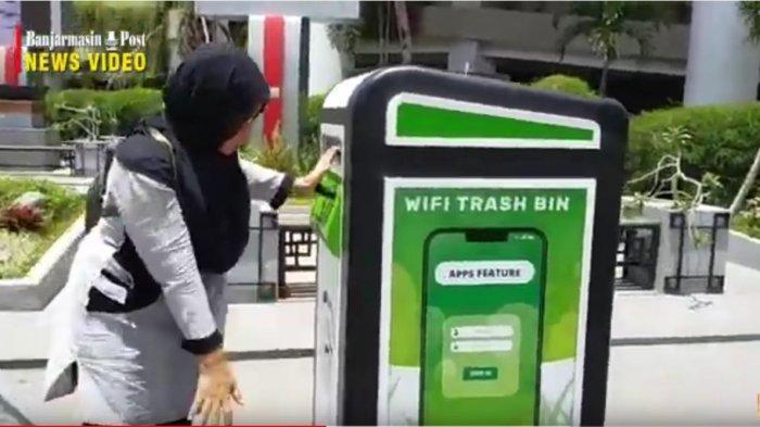 Warga yang ke Taman Edukasi Baiman di Jalan Sumpang Ulin, Banjarmasin, bila memasukkan sampah ke tempat ini maka bisa mengakses wifi gratis, Selasa (10/3/2020).