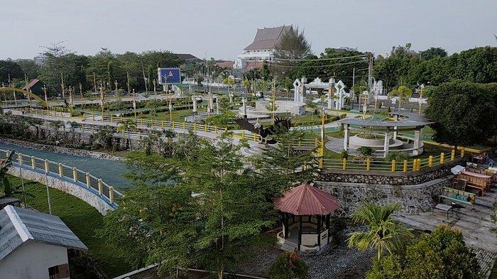 Taman Pasuk Kameluh Palangkaraya Kalteng Belum Dibuka, Warga Hanya Bisa Memandang dari Luar
