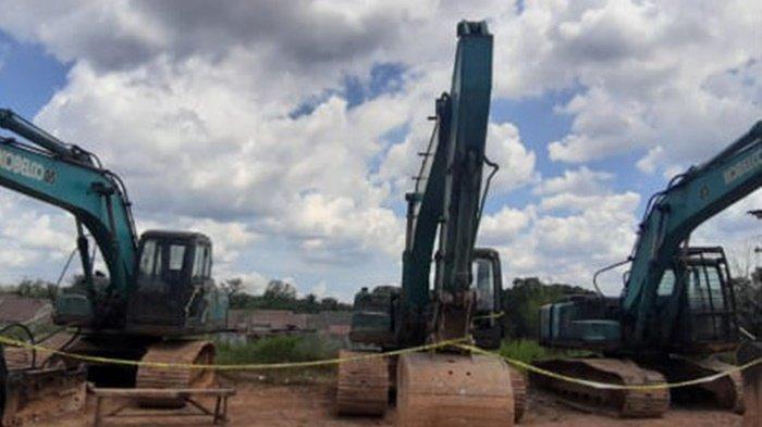 Beberapa truk dan alat berat  yang jadi barang bukti dari  ambang batu gamping yang diduga ilegal ini lokasinya berada di wilayah Desa Garagata, Kecamatan Jaro Kabupaten Tabalong.
