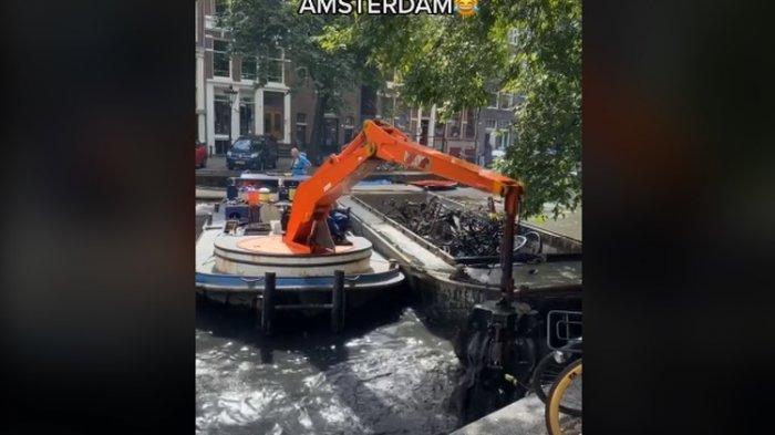 Kanal Air Dikeruk Ternyata Isinya Ribuan Sepeda, Penyebabnya Karena Tersapu Angin, Kok Bisa?