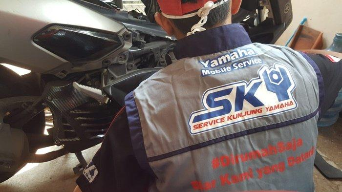 Teknisi Yamaha bantu melakukan perawatan motor konsumen.