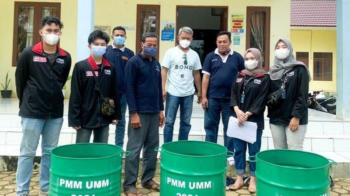 Mahasiswa UMM Pasang Banyak Bak Sampah di Desa Polewali Marajae Kabupaten Tanbu