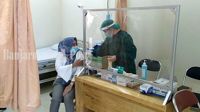 Seorang tenaga kesehatan saat menjalani proses vaksinasi Covid-19 di RSUD Ansari Saleh, Kota Banjarmasin, Provinsi Kalimantan Selatan, Rabu (20/1/2021).
