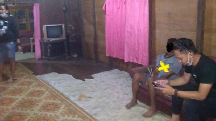 J (silang kuning), tersangka pelaku pemerkosaan terhadap ABG 14 tahun, saat diciduk petugas gabungan dari polres dan polsek, di Dusun Selatan, Buntok, Kabupaten Barito Selatan, Kalimantan Tengah, Senin (1/3/2021) pukul 22.00 WIB.