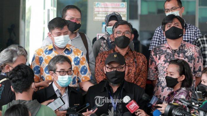 Direktur Pembinaan Jaringan Antarkomisi dan Instansi KPK Sujanarko (kiri) bersama Penyidik Senior KPK Novel Baswedan (tengah) dan pegawai KPK lainnya memberikan keterangan kepada wartawan di Gedung KPK C-1, Jakarta, Senin (17/5/2021). Dalam keterangannya, 75 pegawai Komisi Pemberantasan Korupsi (KPK) yang gagal tes wawasan kebangsaan melaporkan anggota Dewan Pengawas (Dewas) KPK Indriyanto Seno Adji karena diduga pelanggaran kode etik.