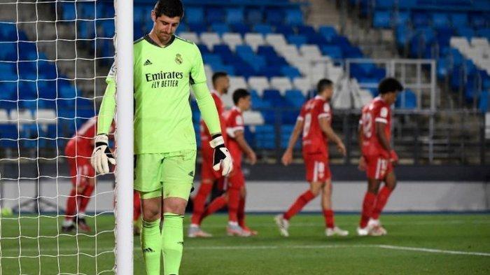 Kiper Real Madrid, Thibaut Courtois, tampak kecewa usai gawangnya dibobol Ivan Rakitic dalam laga Liga Spanyol melawan Sevilla di Stadion Alfredo Di Stefano, 9 Mei 2021.