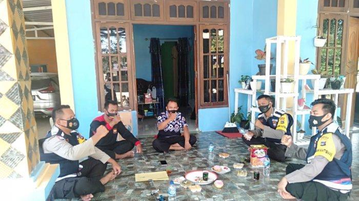 Tiga Bhabinkamtibmas di Kotabaru Berkolaborasi Menyambangi Warga Pastikan Kamtibmas
