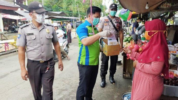 PKL, Pedagang Buah dan Tukang Ojek di Pasar Paringin Dapat Pembagian Hand Sanitizer Gratis