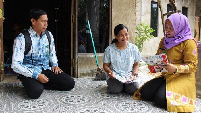 Dinkes Balangan Ketuk Pintu Rumah Warga di Kecamatan Awayan Berikan Informasi Penyakit Ini