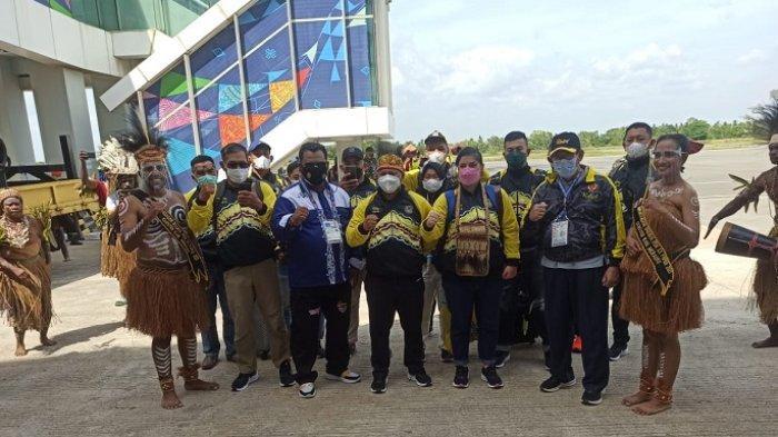 PON XX Papua 2021 - Tiba di Merauke, Tim Gulat Kalsel Disambut Tarian Wacip