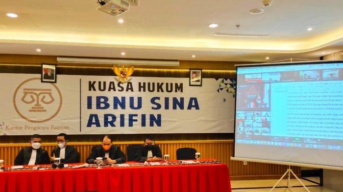 Tim Hukum dan Pemenangan Paslon Petahana Mengikuti Sidang Pengucapan Putusan Oleh MK