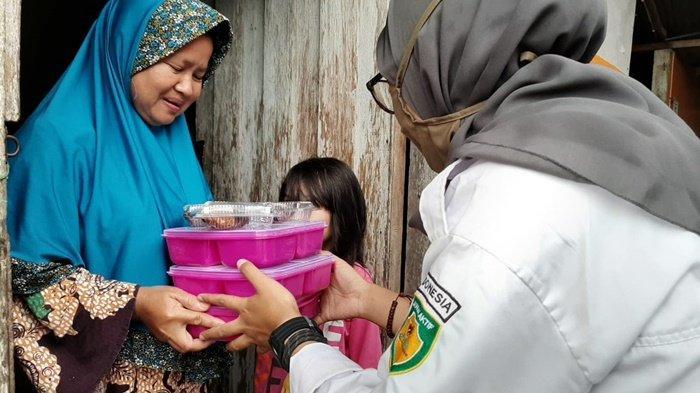 Baznas Kalsel Bagikan 100 Paket Hidangan Buat Keluarga Mustahik
