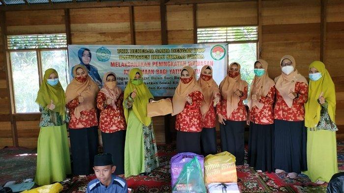 Tim Penggerak PKK dan pengurus Dharma Wanita Persatuan saat menyerahkan santunan di panti asuhan di Kabupaten Hulu Sungai Utara (HSU), Kalimantan Selatan.