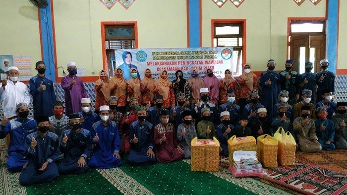 Tim Penggerak PKK dan DWP Kabupaten HSU Serahkan Bantuan ke Panti Asuhan
